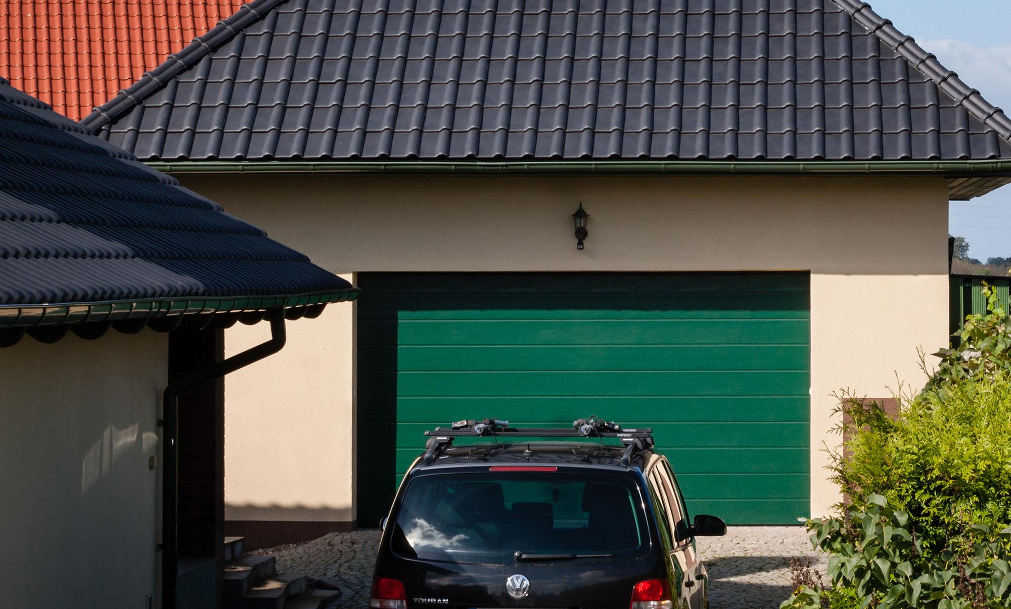 Brama garażowa segmentowa iso 45 struktura woodgrain RAL6005 przetłoczenia szerokie Serby NOVOFERM